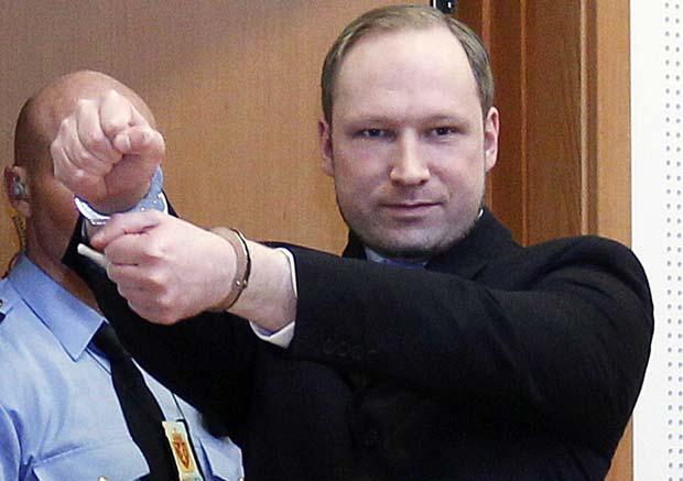 O acusado Anders Behring Breivik chega ao tribunal para audiência nesta segunda-feira (6) em tribunal em Oslo, na Noruega (Foto: AP)