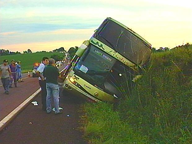Ônibus se acidenta na RS-135, em Coxilha, RS (Foto: Reprodução / RBS TV)