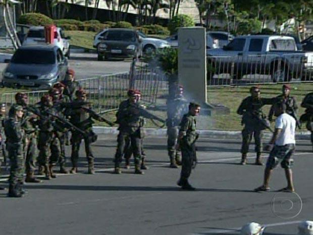 Manifestante entra em confronto com homnes do Exército que cercam a Assembleia (Foto: Reprodução/TV Globo)