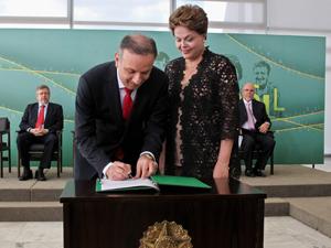 A presidente Dilma Rousseff e o novo ministro das Cidades, Aguinaldo Ribeiro, durante assinatura do ato de posse na pasta (Foto: Roberto Stuckert Filho/PR)