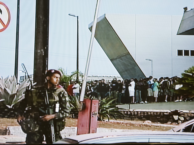 Homens das Forças Armadas cercam a Assembleia na manhã desta segunda-feira(6). (Foto: Reprodução TV Bahia)