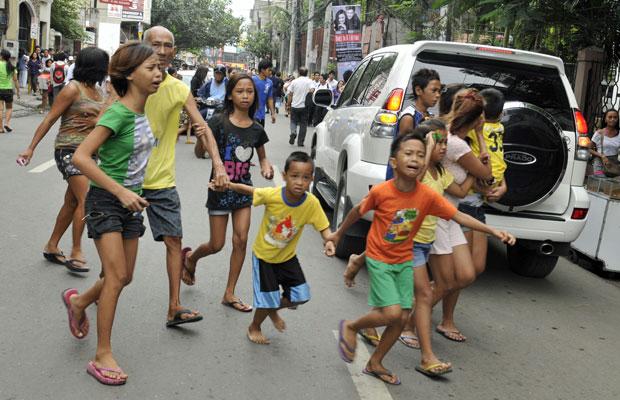 Moradores correm pelas ruas após o tremor, na cidade de Cebu (Foto: AFP)
