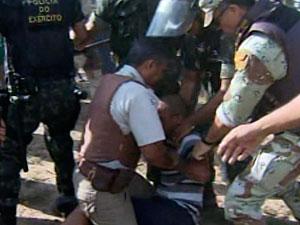 Manifestantes entram em conflito com policiais na Assembleia na Bahia (Foto: Reprodução/ TVBA)