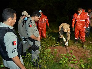 Policiais militares e bombeiros buscam corpo em terreno (Foto: Walter Paparazzo/G1)
