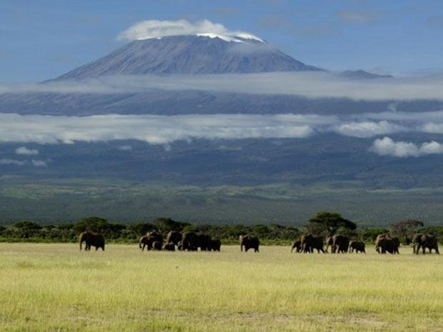 Monte Kilimanjaro, localizado entre a Tanzânia e o Quênia, foi local pesquisado por cientistas. (Foto: Denis-Huot/hemis.fr/AFP)