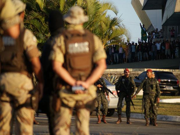 Greve PM: Forças Armadas cercam Assembleia Legislativa da Bahia  (Foto: Egi Santana/ G1)