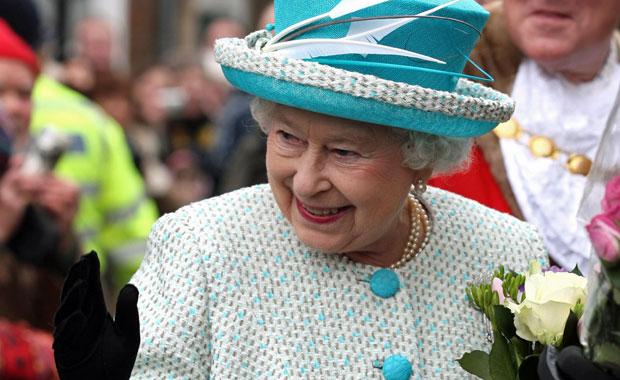 Elizabeth II acena para o público durante visita ao Town Hall de Kings Lynn, leste da Inglaterra, nesta segunda (Foto: AP)