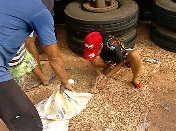 Carreta é saqueada após tombar na cidade de São Cristóvão (SE) (Foto: Reprodução / TV Sergipe)