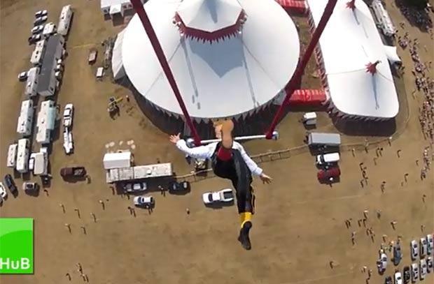 Bello Nock se apresentou em um trapézio pendurado em um helicóptero. (Foto: Reprodução)
