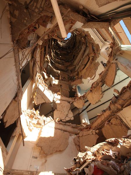 7/fevereiro - Laje de 13 andares desmoronou, abrindo um vão de 10 metros de diâmetros, segundo os bombeiros