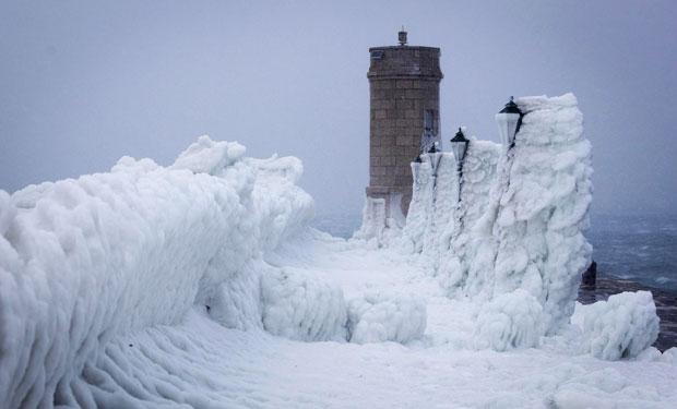 'Esculturas' de gelo e neve se acumularam sobre o porto em Senj, na Croácia (Foto: Darko Bandic/AP)