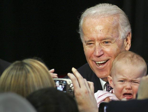 Um bebê não 'cooperou' e chorou ao posar para foto no colo do vice-presidente dos EUA, Joe Biden, após o político fazer um discurso na Universidade do Estado da Flórida, na segunda-feira (6), em Tallahassee. (Foto: Phil Sears/AP)