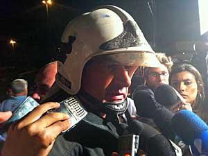 Tenente-coronel do Corpo de Bombeiros, Roberto Rensi, diz que trabalho de retirada de escombros deve durar dias. (Foto: Carlos Oliveira / G1)