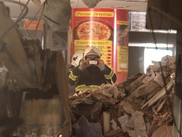 Bombeiro trabalha nos escombros do prédio que desabou no ABC (Foto: Thales Stadler/AE/AE)
