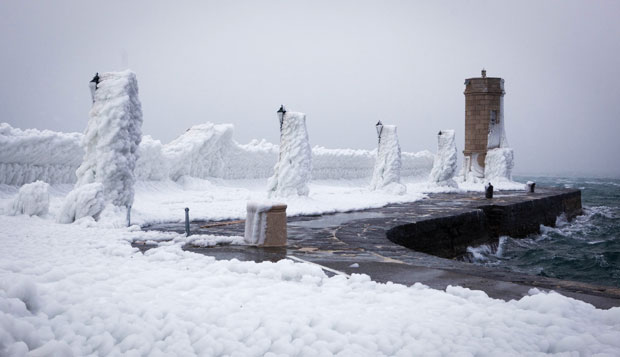 Cenário peculiar foi criano pelo frio na cidade croata (Foto: Darko Bandic/AP)