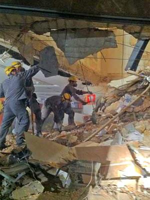 Desabamento parcial de prédio  no ABC mata criança e fere seis (Carlos Oliveira / G1)