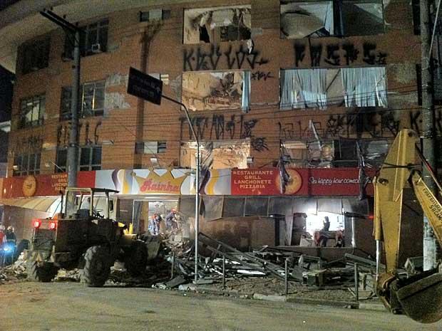 Lajes de prédio em São Bernardo desabaram. Por dentro, o edifício ficou parcialmente destruído. Bombeiros ainda procuram nos escombros possíveis vítimas. (Foto: Carlos Oliveira / G1)