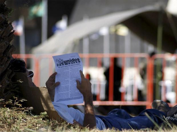 homem lê; bahia; greve da pm; assembleia legislativa (Foto: Egi Santana/G1)