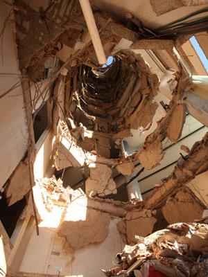 Vista interna dos pavimentos que desabaram  (Foto: Tiago Queiroz/AE)