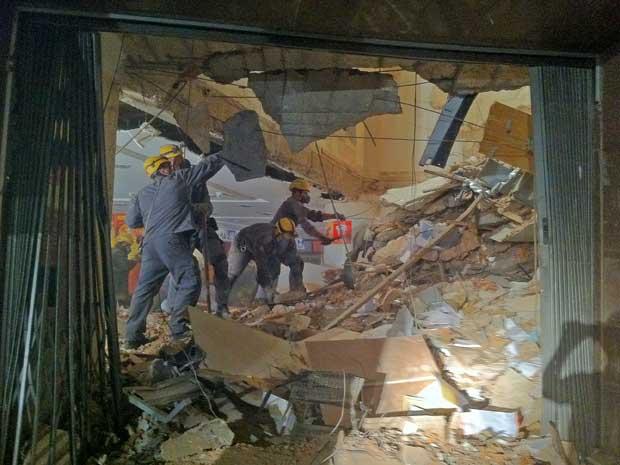 Por dentro, prédio ficou parcialmente destruído após desabamento de lajes.  (Foto: Carlos Oliveira / G1)