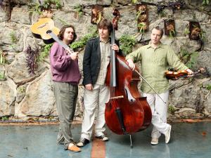 Yamandu Costa, Guto Wietti (baixo) e Nicolas Krassik (violino) são atrações do carnaval em Guaramiranga (Foto: Eduardo Zappia/Divulgação)