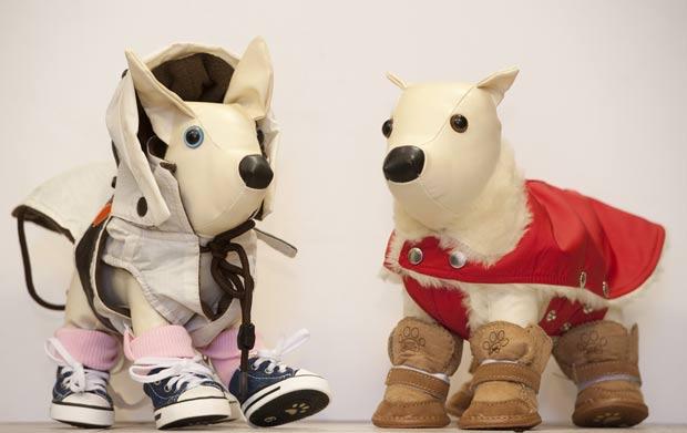 Cachorros de pelúcia viraram manequins de loja em Berlim. (Foto: Sebastian Kahnert/AFP)