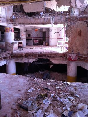 Interior do prédio ficou destruído após desmoronamento (Foto: Renato Jakitas/ G1)