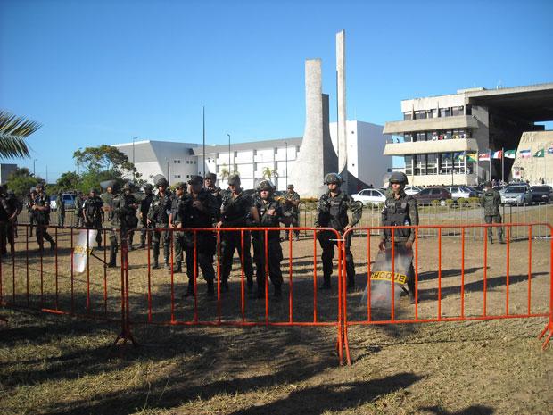 Após isolar Centro Administrativo da Bahia, Exército reforça tropas (Foto: Lílian Marques/ Do G1)