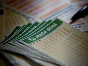 Bilhete da Mega-Sena  (Foto: Raul Zito/G1)