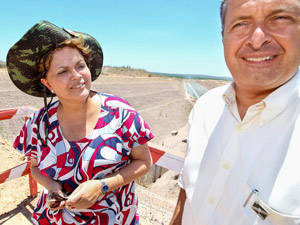 A presidente Dilma Rousseff ao lado do governador de Pernambuco, Eduardo Paes, em visita a obras da Transposição do Rio São Francisco em Floresta (PE) (Foto: Roberto Stuckert Filho / Presidência)