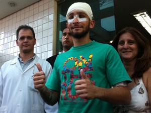 Vitor deixa  o hospital (Foto: Carolina Lauriano/G1)
