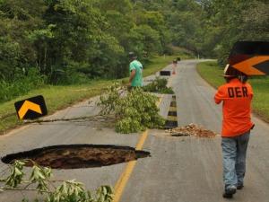 Buraco de 15 metros de profundidade bloqueia estrada da Graciosa, no PR (Foto: Divulgação/)