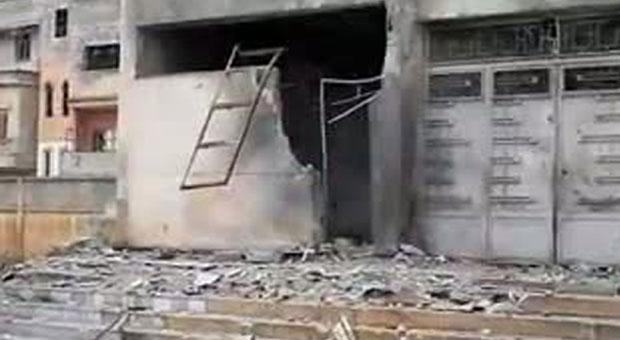 Prédio que era usado como base por manifestantes é mostrado destruído em Homs, em foto distribuída pelos oposicionistas (Foto: AP)