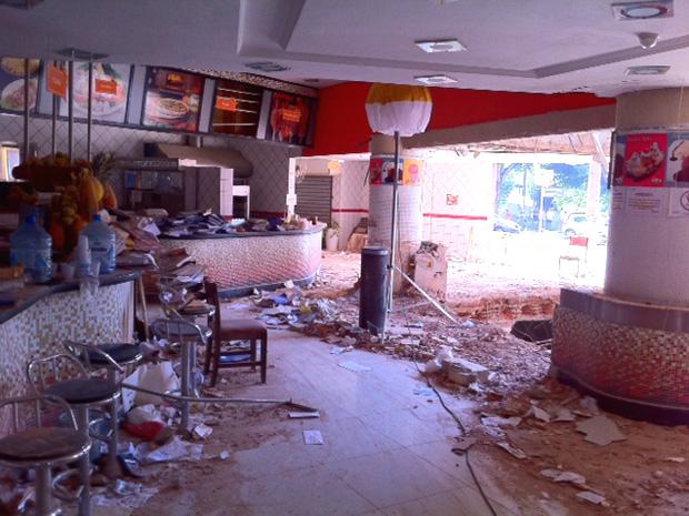 Lanchonete no piso térreo do edifício ficou destruída (Foto: Renato Jakitas/ G1)