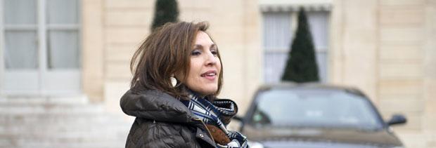 A ministra da Saúde francesa Nora Berra deixa reunião do gabinete nesta quarta-feira (8) em Paris (Foto: AP)