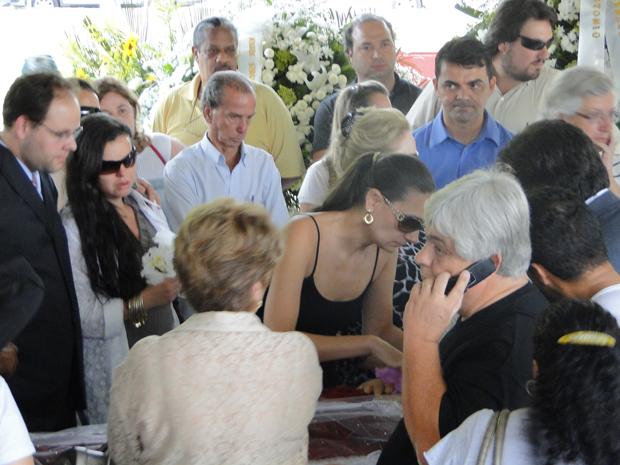 Renata Costa Lana e Souza, mulher de Wando, se despede do cantor (Foto: Pedro Triginelli/G1)