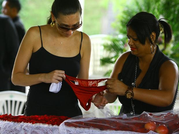 Fã coloca calcinha em caixão de Wando durante velório. Acompanhada pela esposa do cantor, a dona de casa Rosana Oliveira fez homenagem ao ídolo.  (Foto: Carlos Roberto/Hoje em Dia/AE)