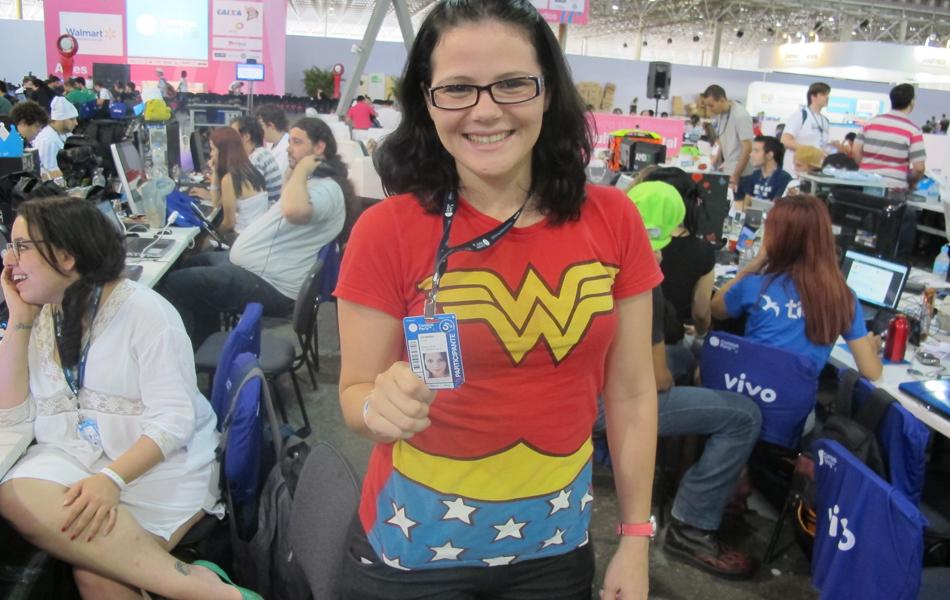 A campuseira Nubia Veturiano, de 25 anos, está entre as meninas que chamam atenção na Campus Party
