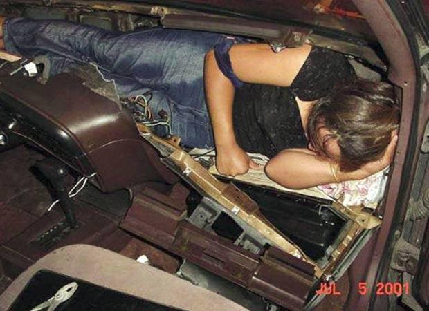 Em 2001, mulher foi encontrada escondida em painel de veículo. (Foto: Reprodução/BCP)