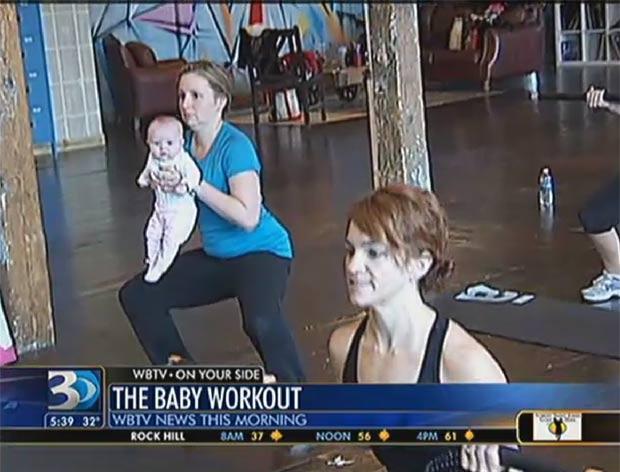 Lisa Donnellan malha usando com a pequena Emma Grace, de três meses. (Foto: Reprodução/WBTV)