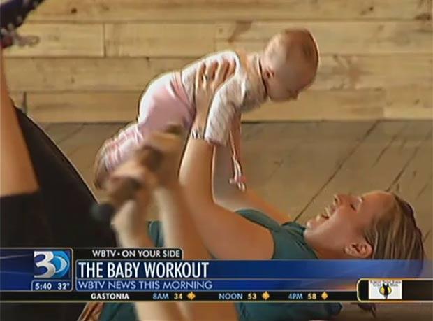 Em alguns exercícios, bebês substituem os pesos usados pelas alunas. (Foto: Reprodução/WBTV)