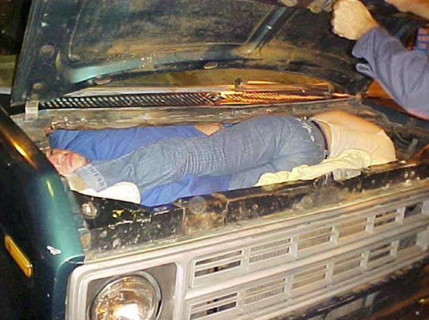 Em 2010, imagem divulgada pelo serviço de Alfândega e Proteção de Fronteiras mostrou duas pessoas escondidas no compartimento do motor de uma van. (Foto: Reprodução/BCP)