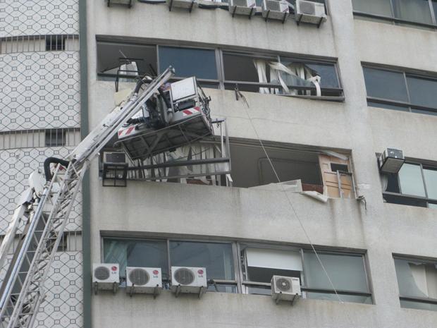 Bombeiro trabalha na fachada do prédio que desabou no ABC (Foto: Renato Jakitas/G1)