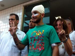 O estudante Vítor Suarez Cunha, de 21 anos, deixa hospital após receber alta (Foto: Carolina Lauriano/ G1)