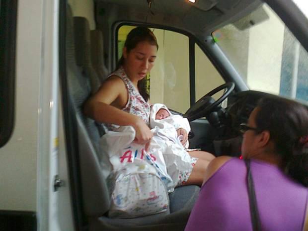 Cristiane e o filho na ambulância que os levaria a Rio Grande  (Foto: Cínthia Barbosa/RBS TV)