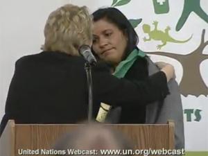 Laíssa recebe homenagem da ONU dedicada a José Claúdio e Maria do Espírito Santo, sua irmã (Foto: Reprodução / Nações Unidas)