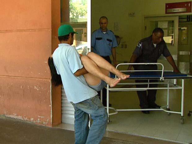 Paciente procura atendimento em unidade de saúde de Ribeirão Preto (Foto: Reprodução EPTV Ribeirão Preto)