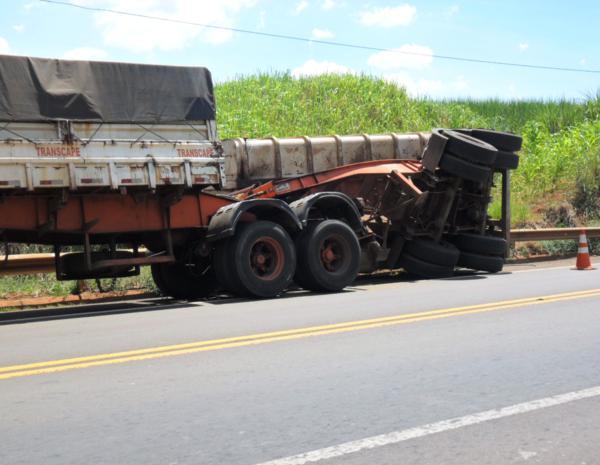 Parte do caminhão tombou e carga ficaram no acostamento na SP-255 sentido Jaú-Barra Bonita, SP. (Foto: Luis Carlos Magesto)