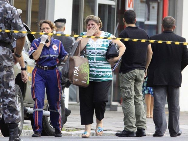 Libertada refém no assalto a um banco Bradesco em Porto Alegre (Foto: Wesley Santos/AE)