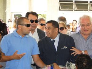 Agnaldo Timóteo, ao lado do filho de Wando, no velório do cantor (Foto: Alex Araújo/G1)